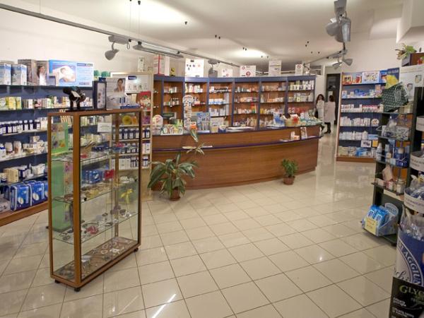 Arredamento per farmacie parafarmacie ambulatori medici for Arredo negozi rimini
